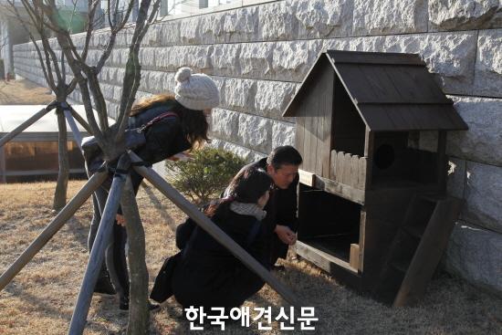 크기변환_급식소를 둘러보는 고양이수의사회 김재영 회장과 동단협 회원들.JPG
